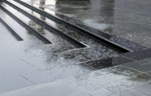 Escalera de granito en exterior lloviendo